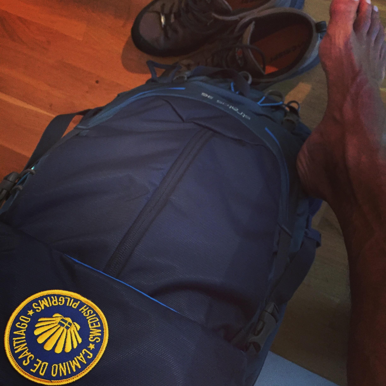 Kängor och packad ryggsäck redo inför avfärd